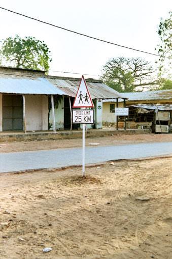 Straßenschild an einer Straße.
