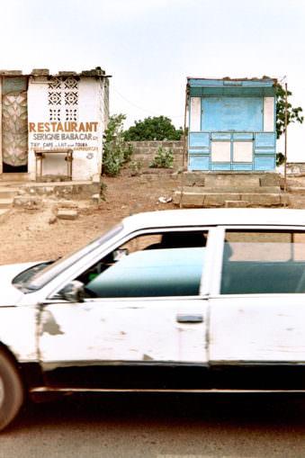 Weißes Auto angeschnitten in der Fahrt fotografiert.
