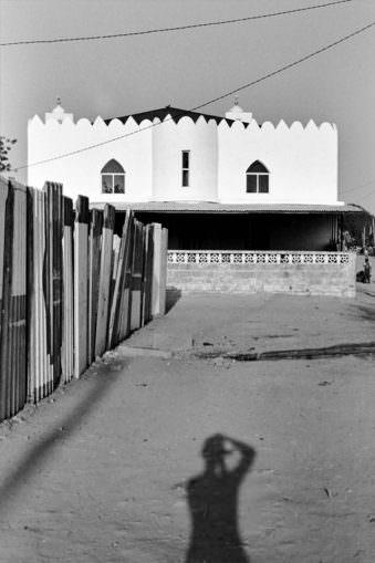 Ein orientalisch anmutendes Gebäude mit Schatten des Fotografen.