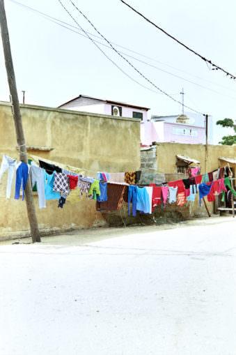 Wäscheleine mit bunter Kleidung, draußen.