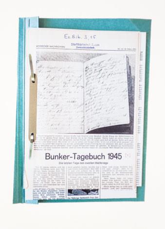 Zeitungsausschnitt in einem Schnellhefter mit Titel Bunker Tagebuch