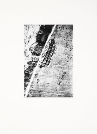 Detail eines Mauerfragments mit Beschädigung.