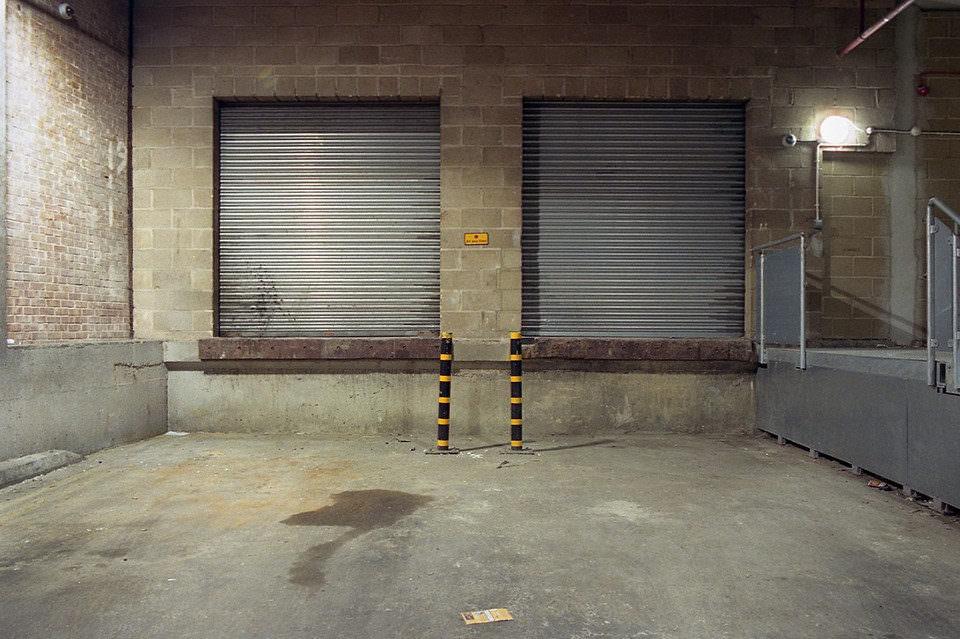 Zwei Warnpöller in einer Tiefgarage.