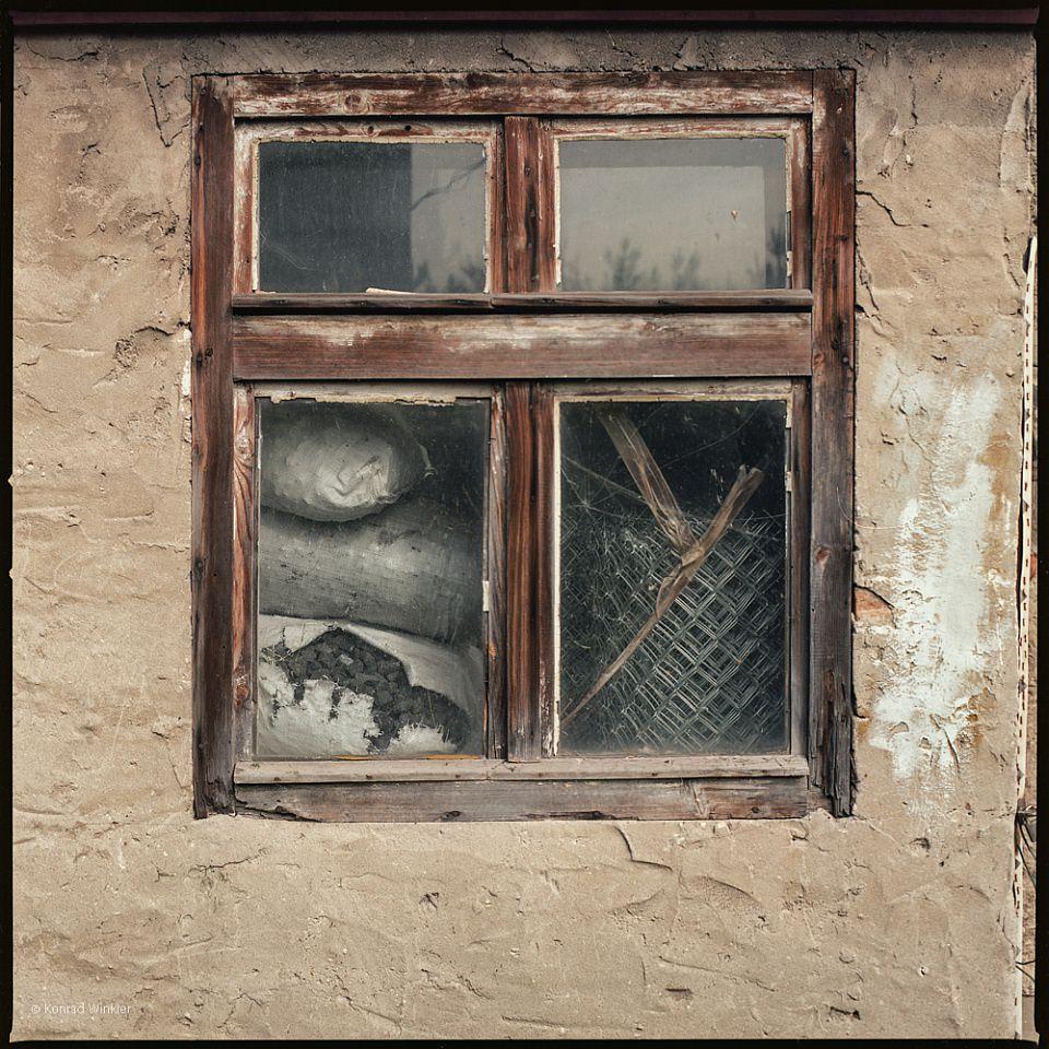 Fenster, in dem verschiedenes, eingelagertes Zeug zu sehen ist.