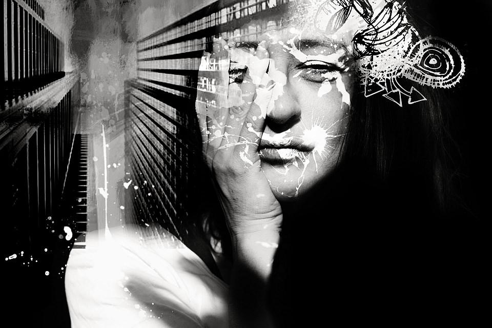 Digitale Collage aus einem Portrait, Hochhaus und Zeichnung, schwarzweiß.
