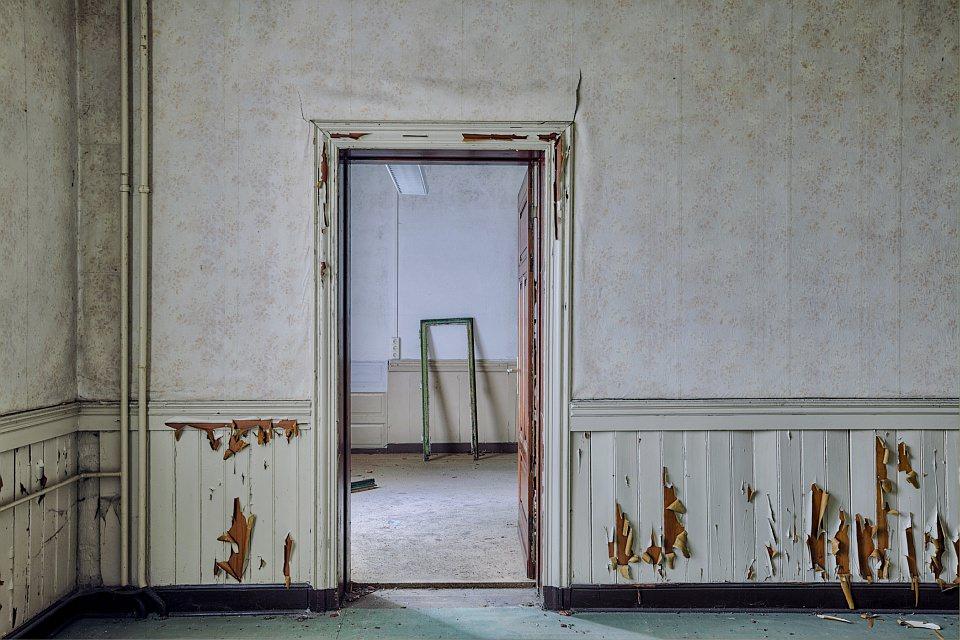 Blick durch eine Tür in einen Raum, in einem verlassenen Haus.
