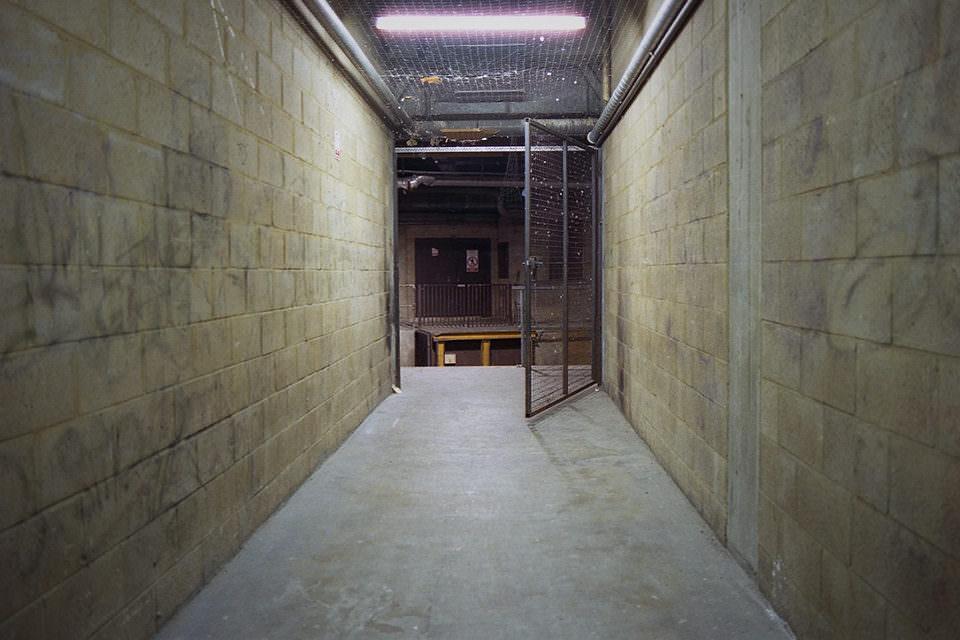 Ein offenes Gitter zwischen zwei Mauern.