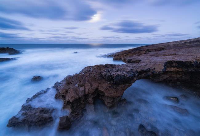 Schroffe Felsen im Meer