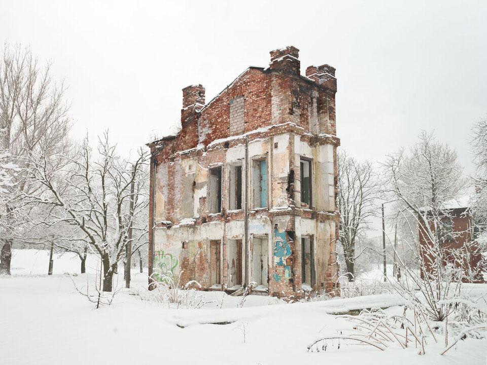 Ein verlassenes Haus im Schnee