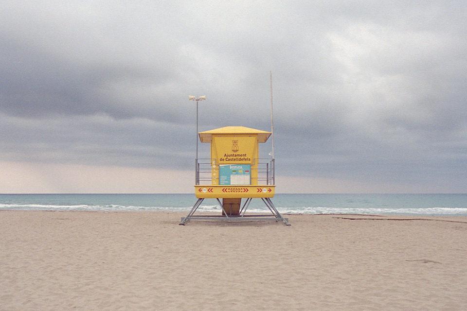 Ein Rettungstower an einem leeren Strand.