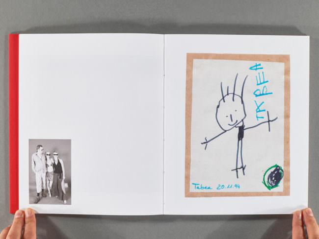 Aufgeschlagenes Buch mit 2 Fotografien