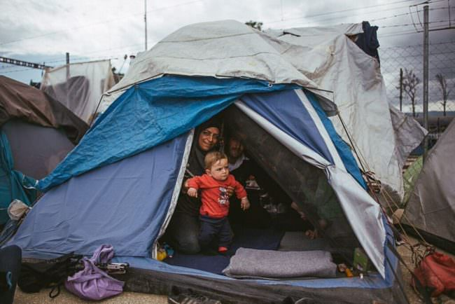 Eine Frau mit Kindern in einem Zelt