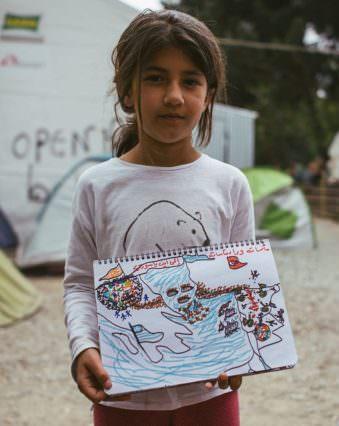 Ein Mädchen hält ein Bild vom Krieg
