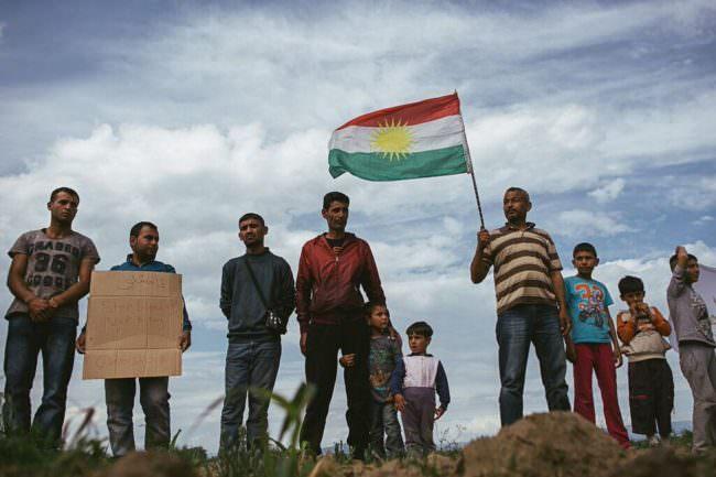 Männer mit einer Fahne