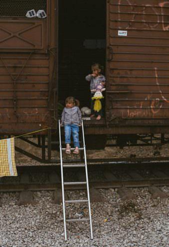 Zwei Kinder an einem Waggon