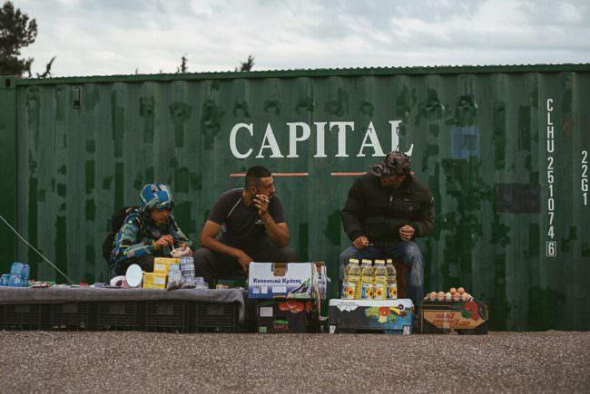 Ein paar Männer verkaufen auf der Straße Lebensmittel