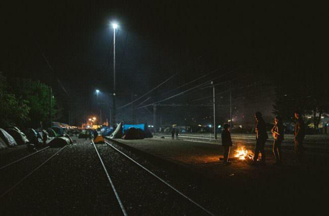 Zelte an einem Gleis bei Nacht