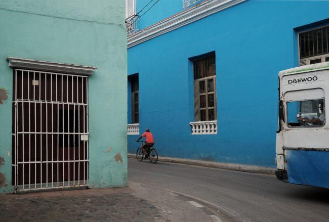 Eine Straße mit blauen Hausfassaden.