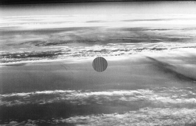 Ein Kreis ist in einem schwarzweißen Meerfoto ausgeschnitten.