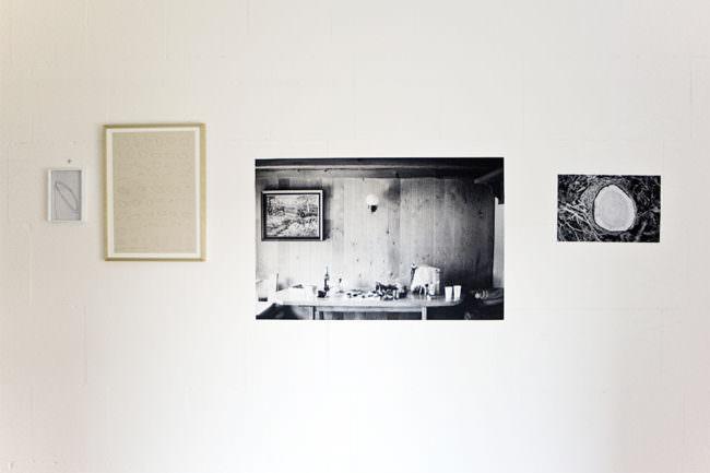 Ausstellungswand mit schwarzweißen Holz-Fotografien.