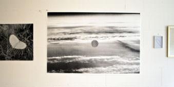 Eine Ausstellungswand mit Schwarzweißbildern behangen.