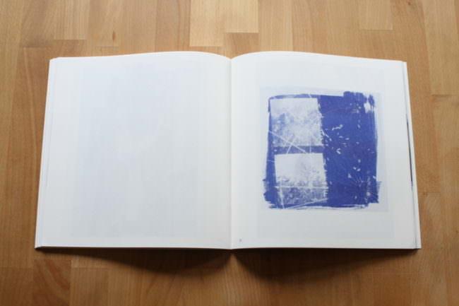 Foto eines aufgeschlagenen Buches mit einem Polaroidlift.