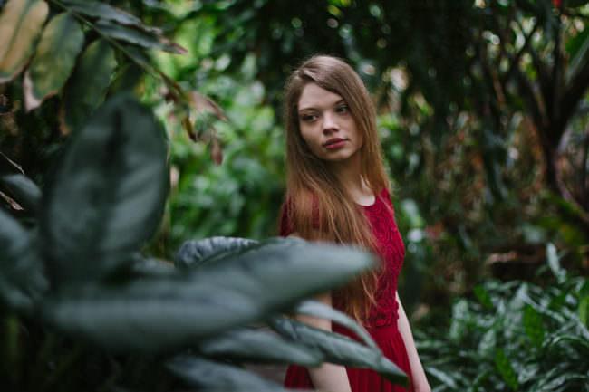 Ein Mädchen im Dschungel