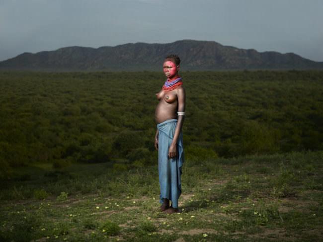Eine Frau in der afrikanischen Steppe mit rotem Gesicht