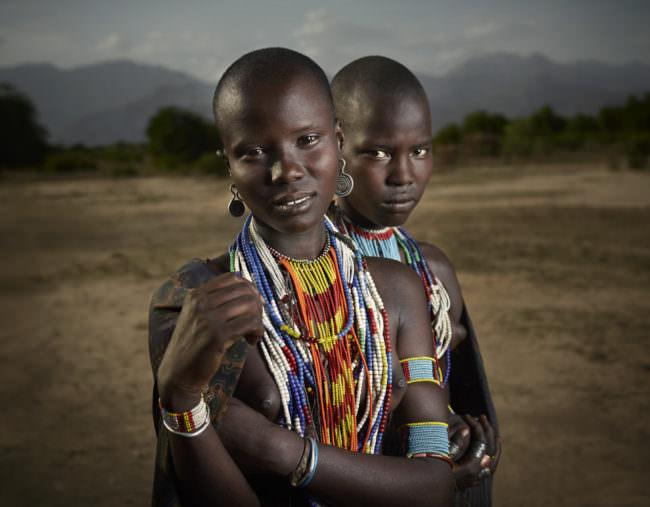 Zwei Frauen mit bunten Ketten