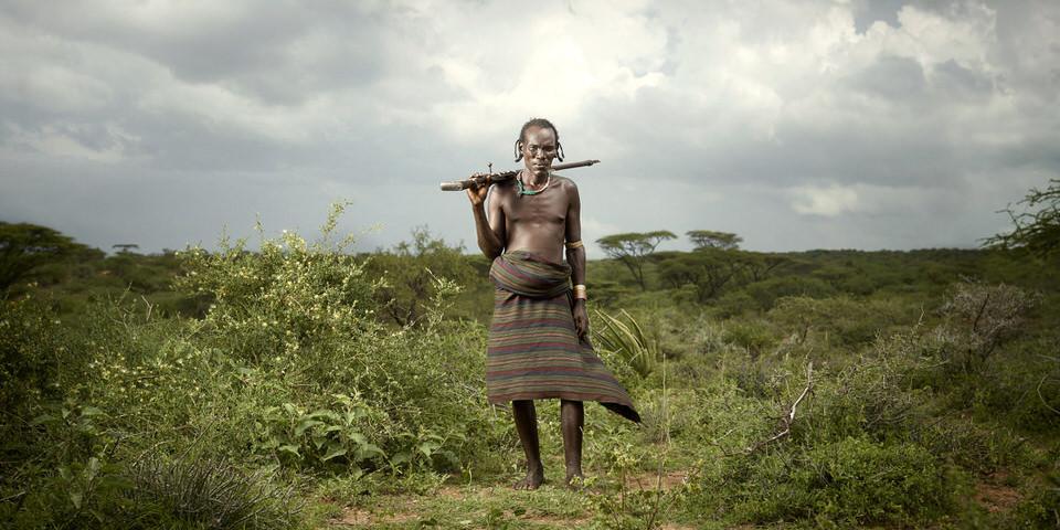 Ein Mann mit Waffe über der Schulter