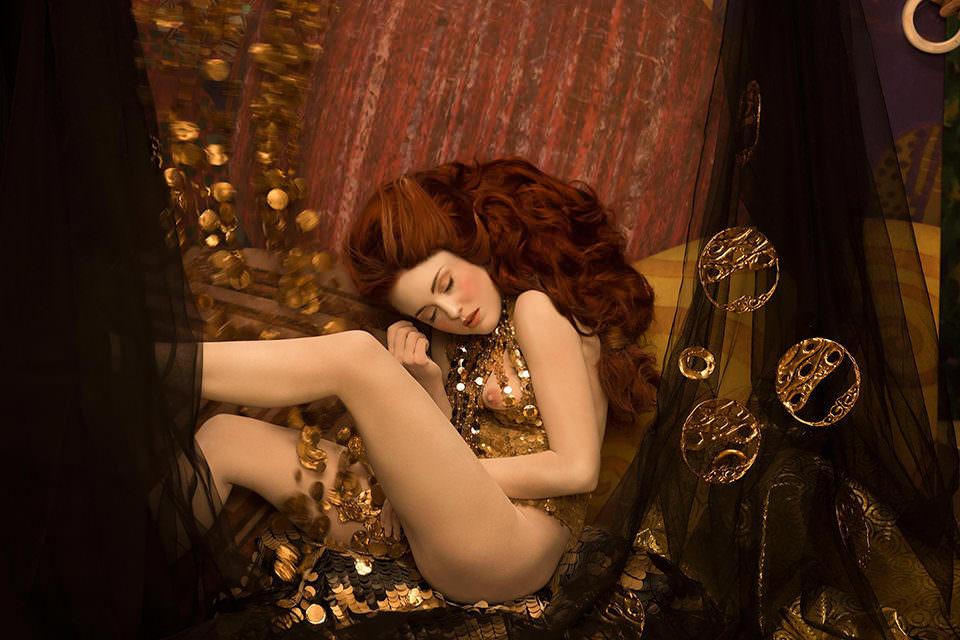 Eine Frau in Gold auf einem Sessel