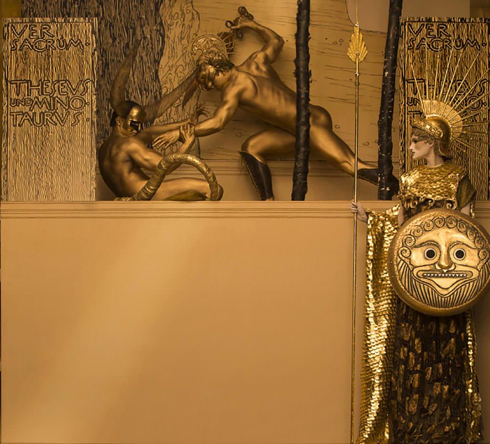 Eine Kriegerszene in Gold und Rot