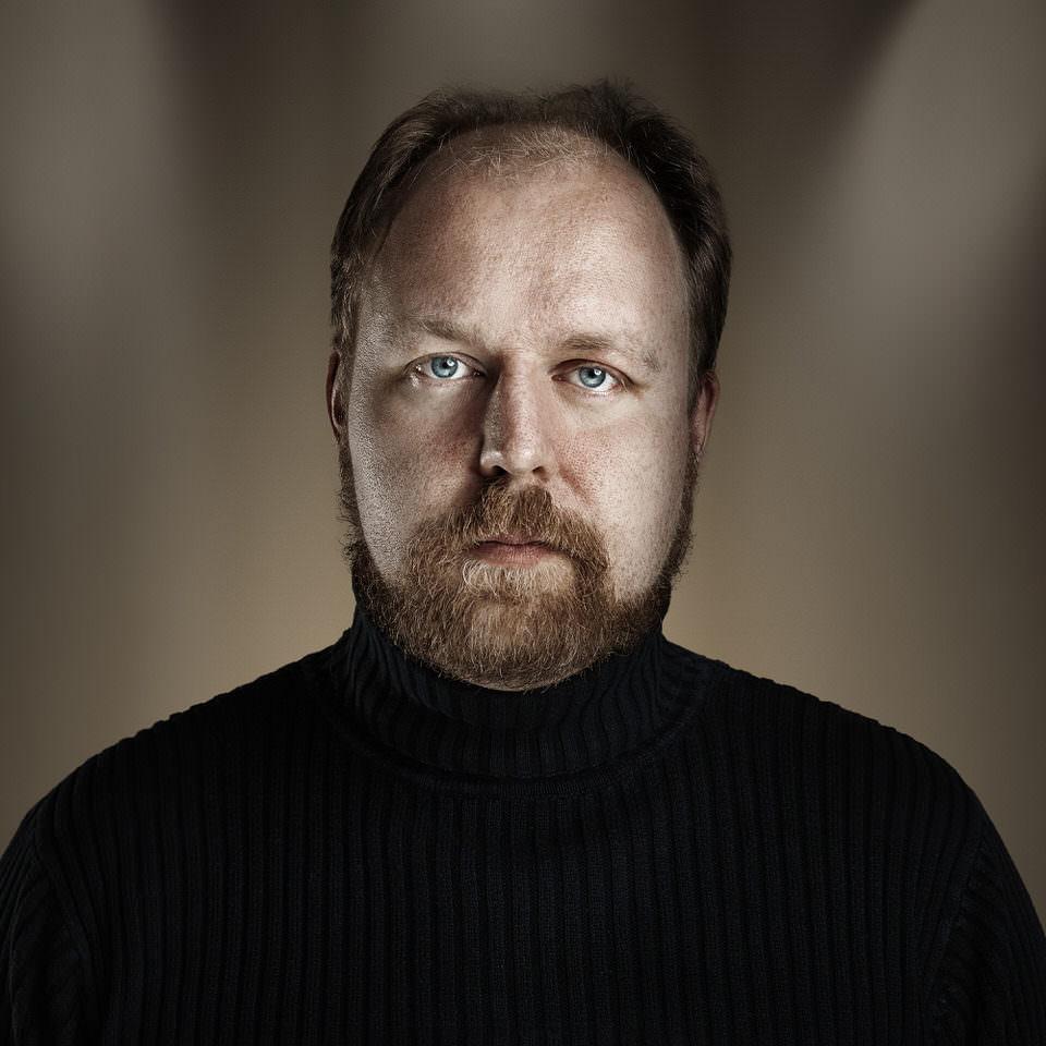 Ein Mann mit schwarzem Pullover
