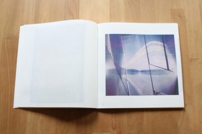 Foto eines aufgeschlagenen Buches mit blauem Bild.