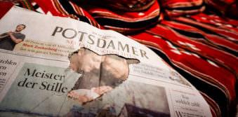 Nahaufnahme einer zerissenen Zeitung