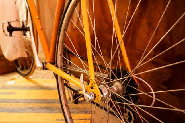 Speichen eines orangenen Fahrrads