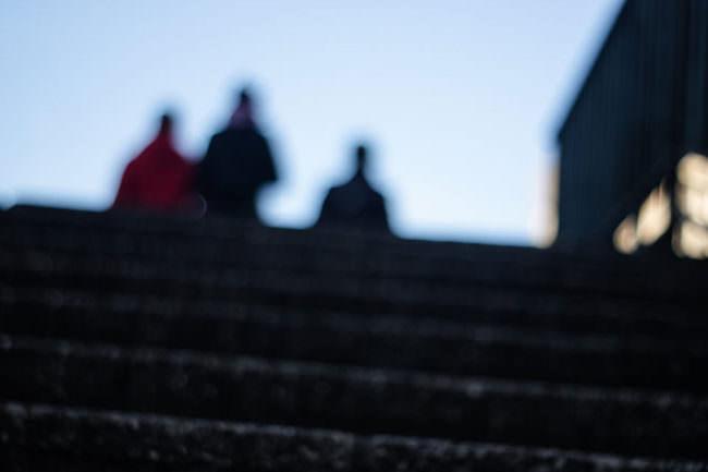 Schemen von Menschen, die eine Treppe hinauf steigen