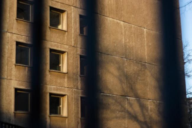 Eine Hauswand im Sonnenlicht