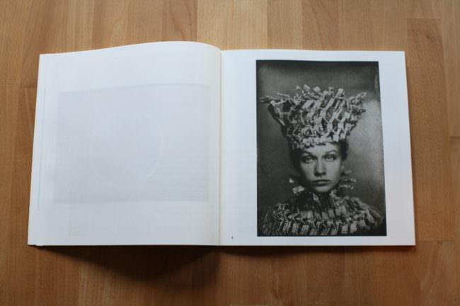 Foto eines aufgeschlagenen Buches mit einem Schwarzweiß-Portrait einer Frau.