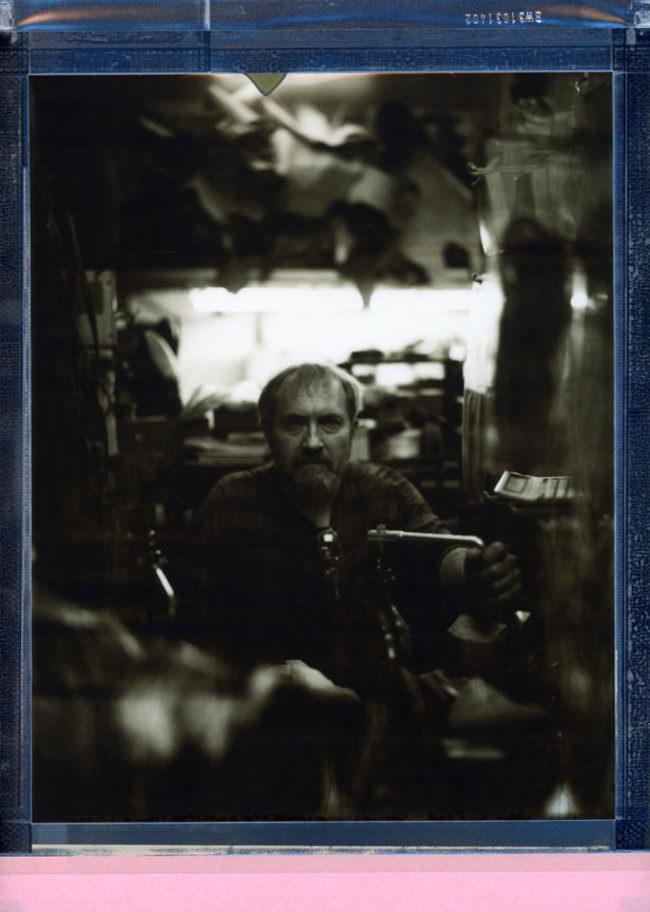 Portrait eines Mannes in einer Werkstatt