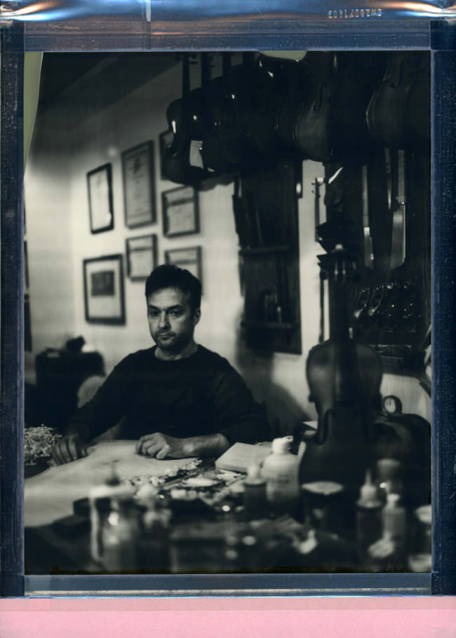 Portrait eines Mannes an einem Tisch