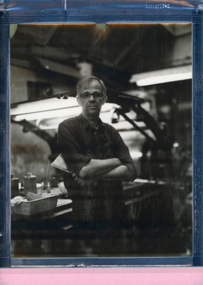 Portrait eines stehenden Mannes vor einer Presse