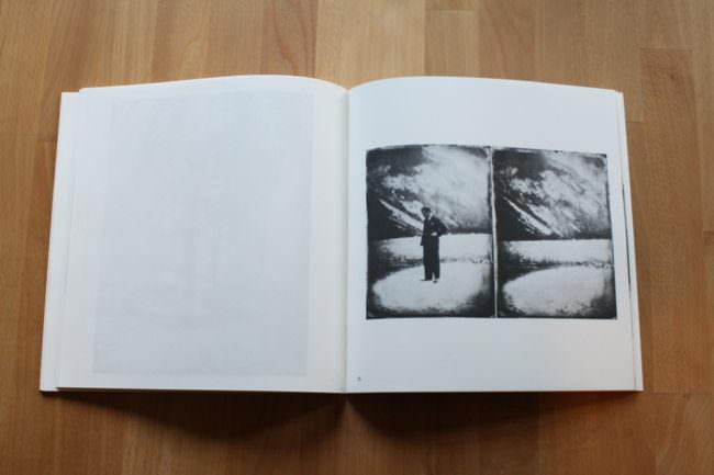 Foto eines aufgeschlagenen Buches mit einem Schwarzweißfoto.