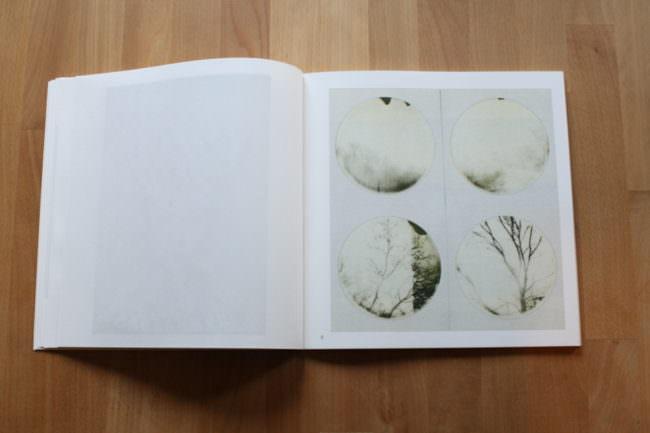 Foto eines aufgeschlagenen Buches mit vier kreisrunden Fotos.