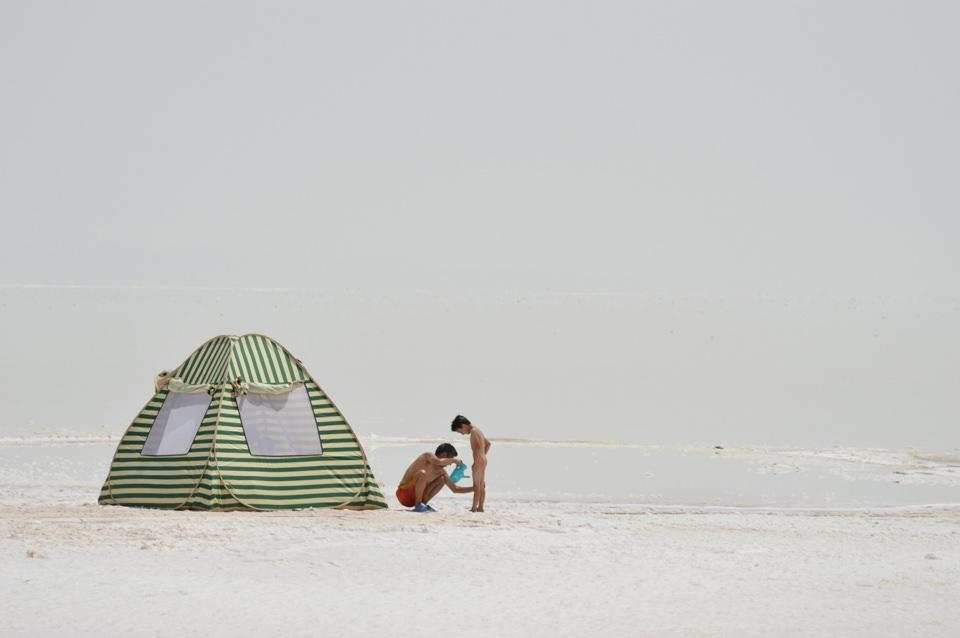 Eine Person, ein Kind und ein Zelt