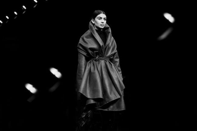 Eine Frau trägt einen Mantel.