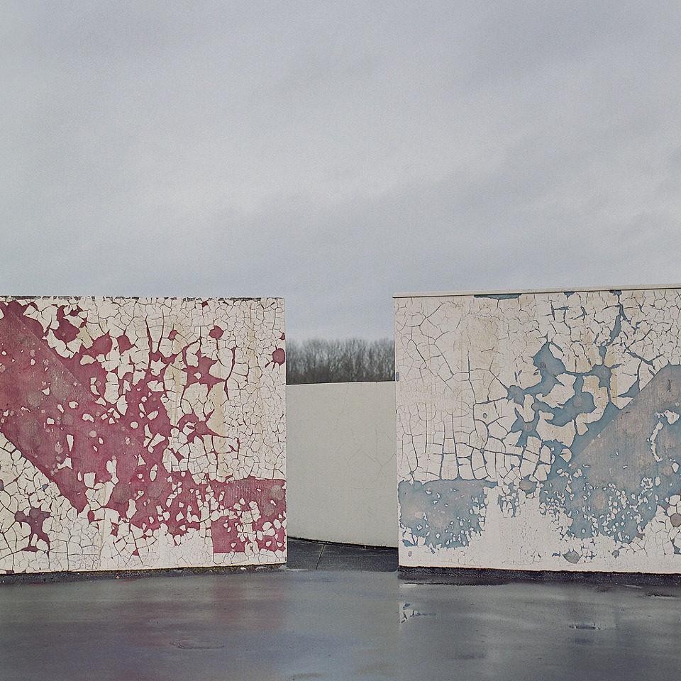 Eine rote und eine blaue Wand blättern ab.