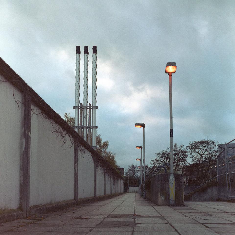 Verrostete Mauern vor tristem Himmel.
