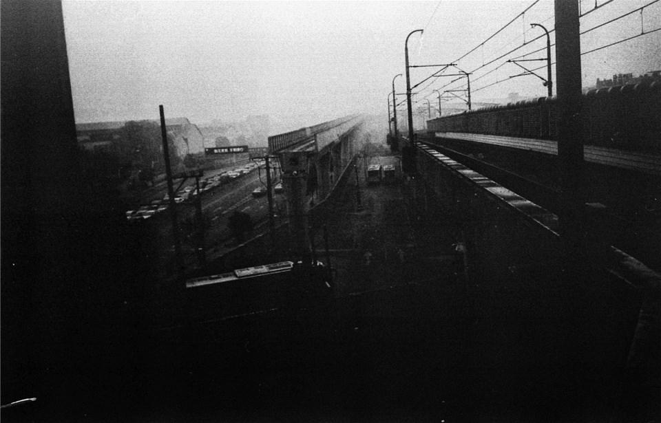 Züge in einem nebligen Bahnhof.