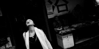 Eine junge Frau reckt den Kopf in die Luft.